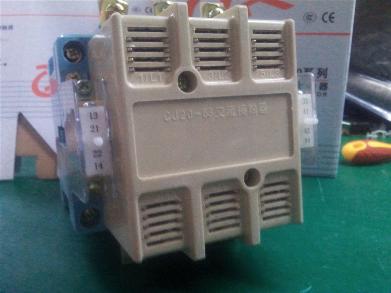 产品概述 CJ20系列交流接触器(以下简称接触器),主要用于交流50Hz(或60Hz),额定工作电压至660V,额定工作电流至630A的电路中,供远距离接通和分断电路之用,并可与适当的热过载继电器组合,以保护可能 发生操作过负荷的电路。 符合标准:GB 14048.4、IEC 60947-4-1。 产品应用范围 主要用于交流50Hz(或60Hz),额定工作电压至660V,额定工作电流至630A的电路中,供远距离接通和分断电路之用,并可与适当的热过载继电器组合,以保护可能发生操作过负荷的电路。 产品主要参