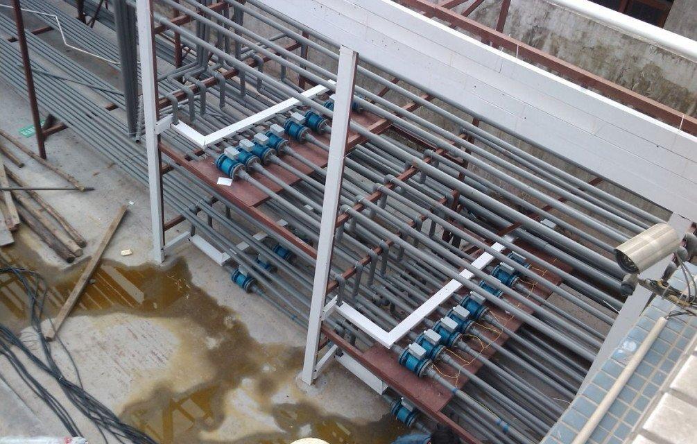 六,冷却水流量计使用注意事项: 1、 精度等级和功能根据测量要求和使用场合选择仪表精度等级,做到经济合算。比如用于贸易结算、产品交接和能源计量的场合,应该选择精度等级高些,如1.0级、0.5级,或者更高等级; 用于过程控制的场合,根据控制要求选择不同精度等级;有些仅仅是检测一下过程流量,无需做精确控制和计量的场合,可以选择精度等级稍低的,如1.