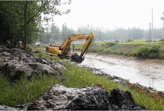 河底處理:本項工程主要包括路基清表、挖運棄土方、拆除舊有的構造物、挖除樹根等。首先抽水、清淤泥。抽水的潛水泵型號和數量可根據圍堰內的水量的多少來決定。在施工準備期間要充分的準備所需的水泵及相關的設備等。淤泥全部清除至原狀土,挖泥采取斗容量1.2m3挖土機將淤泥集中,采用裝載機配合運土車將淤泥全部外運,挖泥深度根據現場實際確定,但必須保證將淤泥清走,露出原狀土層,并在清淤泥后,池底面進行平整,以利于分層回填處理。河道圍堰施工:遵照河道管理的有關規定,河灘地上不得取土圍堰。圍堰施工前與河道管理部門協調,核對